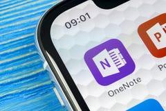 Ícone da aplicação do escritório de Microsoft OneNote no close-up da tela do iPhone X de Apple Microsoft um ícone do app da nota  Fotos de Stock