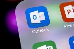 Ícone da aplicação do escritório de Microsoft Outlook no close-up da tela do iPhone X de Apple Ícone de Microsoft Outlook app Mic imagem de stock