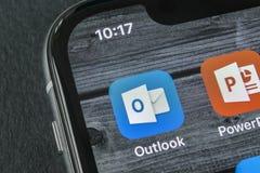 Ícone da aplicação do escritório de Microsoft Outlook no close-up da tela do iPhone X de Apple Ícone de Microsoft Outlook app Mic imagens de stock
