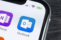Ícone da aplicação do escritório de Microsoft Outlook no close-up da tela do iPhone X de Apple Ícone de Microsoft Outlook app App fotografia de stock royalty free