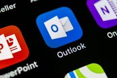 Ícone da aplicação do escritório de Microsoft Outlook no close-up da tela do iPhone X de Apple Ícone de Microsoft Outlook app App Imagens de Stock Royalty Free