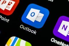 Ícone da aplicação do escritório de Microsoft Outlook no close-up da tela do iPhone X de Apple Ícone de Microsoft Outlook app App Fotos de Stock Royalty Free