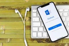 Ícone da aplicação do escritório de Microsoft Outlook no close-up da tela do iPhone X de Apple Ícone de Microsoft Outlook app App foto de stock royalty free