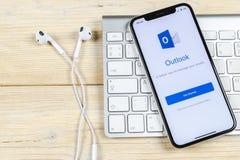 Ícone da aplicação do escritório de Microsoft Outlook no close-up da tela do iPhone X de Apple Ícone de Microsoft Outlook app App fotos de stock