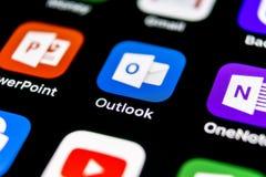 Ícone da aplicação do escritório de Microsoft Outlook no close-up da tela do iPhone X de Apple Ícone de Microsoft Outlook app App imagem de stock royalty free