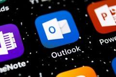 Ícone da aplicação do escritório de Microsoft Outlook no close-up da tela do iPhone X de Apple Ícone de Microsoft Outlook app App foto de stock