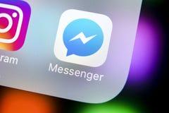 Ícone da aplicação do mensageiro de Facebook no close-up da tela do iPhone X de Apple Ícone do app do mensageiro de Facebook Meio Fotos de Stock