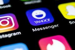Ícone da aplicação do mensageiro de Yahoo no close-up da tela do smartphone do iPhone X de Apple Ícone do app do mensageiro de Ya Imagens de Stock