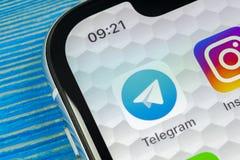 Ícone da aplicação do telegrama no close-up da tela do iPhone X de Apple Ícone do app do telegrama O telegrama é uma rede social  Fotografia de Stock Royalty Free