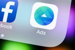 Ícone da aplicação dos anúncios de Facebook no close-up da tela do iPhone X de Apple Ícone do app do negócio de Facebook Aplicaçã Foto de Stock