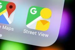 Ícone da aplicação da opinião da rua de Google no close-up da tela do iPhone X de Apple Ícone de Google StreetView app Aplicação  Fotografia de Stock Royalty Free