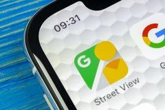Ícone da aplicação da opinião da rua de Google no close-up da tela do iPhone X de Apple Ícone de Google StreetView app Aplicação  Imagem de Stock