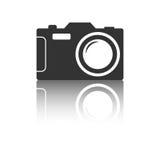 Ícone da câmera com efeito da reflexão no fundo branco Fotos de Stock
