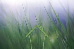 Ícone da casa com fundo borrado da natureza Fotografia de Stock
