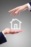 Ícone da casa na mão Fotografia de Stock