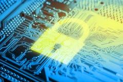 Ícone de incandescência do fechamento na placa eletrônica com um microchip Conceito da tecnologia de segurança da informação foto de stock
