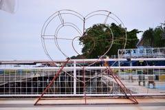 Ícone do amor no parque público imagens de stock