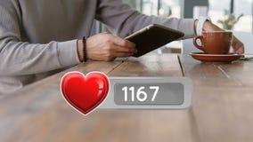 Ícone do coração e um homem que usa dispositivos digitais filme