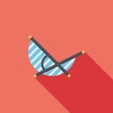 Ícone liso da cadeira de Sunbed da praia do vadio com sombra longa Fotografia de Stock Royalty Free