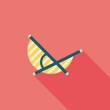 Ícone liso da cadeira de Sunbed da praia do vadio com sombra longa Fotos de Stock Royalty Free