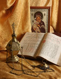 Ícone ortodoxo, livros e censer Fotos de Stock