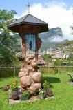 Ícone religioso em uma rua rural perto de Zorzoi, Itália imagens de stock