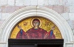 Ícone sobre a porta da igreja em Budva, Montenegro A imagem de Saint ortodoxo na fachada Foto de Stock