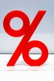 Ícone vermelho da porcentagem na exposição em uma loja fotos de stock royalty free