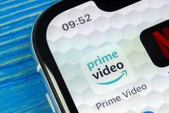Ícone video principal da aplicação das Amazonas no close-up da tela do iPhone X de Apple Ícone de PrimeVideo app das Amazonas Apl Foto de Stock Royalty Free