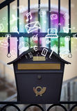 Ícones coloridos e símbolos que estouram fora de uma caixa postal Foto de Stock