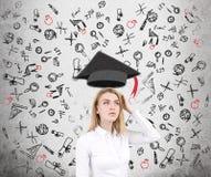 Ícones confusos da mulher e da educação, concretos Fotos de Stock