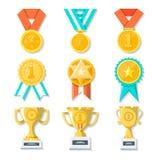 Ícones da concessão do troféu do esporte ou do negócio ajustados Medalhas, copos do ouro e concessões de suspensão do ouro no bra ilustração royalty free