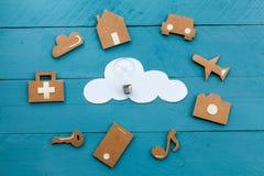 Ícones da Web do cartão e nuvem branca e uma ampola Fotografia de Stock Royalty Free