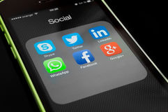 Ícones de apps sociais dos meios na tela do iphone Imagem de Stock