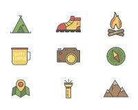 Ícones do acampamento do explorador da montanha do verão e do inverno no estilo liso Curso, caminhando, pictograma de escalada Pr ilustração do vetor