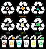 Ícones do balde do lixo com tipos diferentes das cores de lixo: Orgânico, plástico, metal, papel, vidro, lixo eletrônico no estil imagem de stock