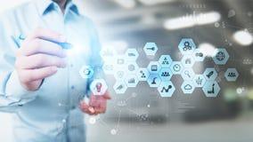 Ícones dos meios mistos, da inteligência empresarial na tela virtual, análise e painel de processo de dados grande imagens de stock