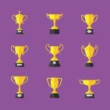Ícones dourados do troféu ajustados, no fundo roxo Imagens de Stock Royalty Free