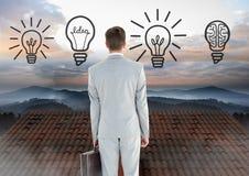 Ícones e homem de negócios da ideia da ampola que estão no telhado com chaminé e paisagem enevoada Imagens de Stock Royalty Free
