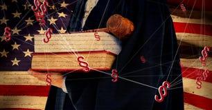 ícones e juiz do símbolo da seção 3D que guardam o martelo e os livros de lei com bandeira americana Imagem de Stock Royalty Free