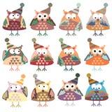 Ícones sob a forma das corujas coloridas em chapéus do inverno ilustração royalty free