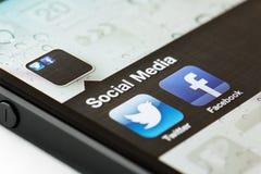 Ícones sociais do app dos meios em um telefone esperto Fotografia de Stock Royalty Free