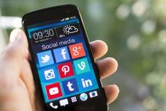 Ícones sociais dos meios na tela do smartphone Fotografia de Stock Royalty Free