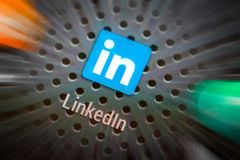 Ícones sociais dos meios na tela esperta do telefone Imagens de Stock Royalty Free
