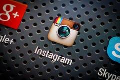 Ícones sociais dos meios na tela esperta do telefone Fotografia de Stock