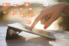 Ícones sociais e tabuleta digital Fotografia de Stock Royalty Free