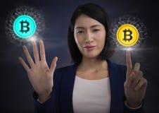 Ícones tocantes do gráfico do bitcoin da mulher de negócios Imagens de Stock
