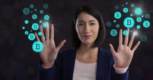 Ícones tocantes do gráfico do bitcoin da mulher de negócios Foto de Stock