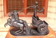 Ídolo antiguo del jinete del carro del caballo del metal en el palacio de Bangalore imagenes de archivo