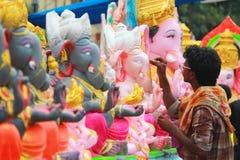 Ídolo de Ganesh del colorante del trabajador en Hyderabad, la India Imagen de archivo libre de regalías